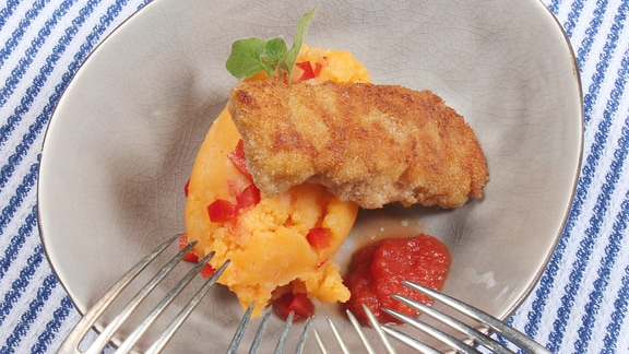 Kartoffelbrei mit Fischstäbchen und Ketchup