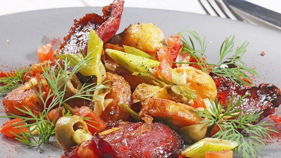 Salat mit Bratkartoffeln und karamellisiertem Bacon