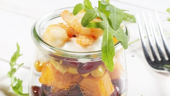 Süßkartoffelsalat mit Scampi und Limetten-Pfeffer-Dip