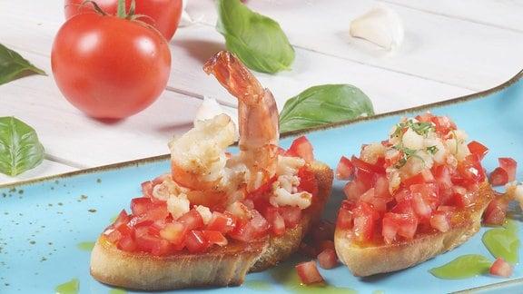 Tomaten-Bruschetta mit Scampi und Limonenöl
