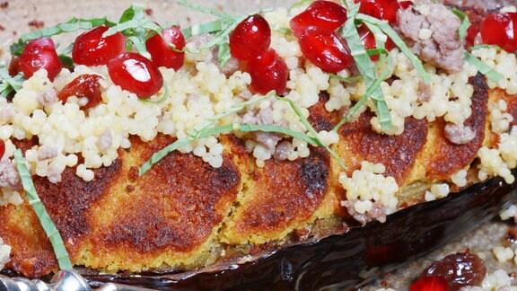 Geschmorte Auberginen mit Hirse-Hackfleisch-Salat