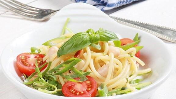 Lauwarmer Nudelsalat mit Mozzarella und weißen Bohnen