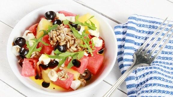 Melonensalat mit Schafskäse, Sonnenblumenkernen und Limonenöl