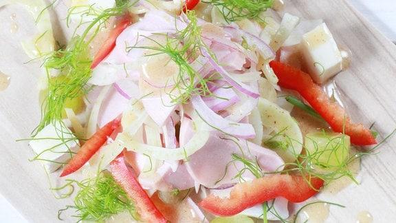 Süßsaurer Wurstsalat mit Fenchel und Camembert
