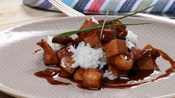 Pilzcurry mit Tofu und dazu etwas Reis.