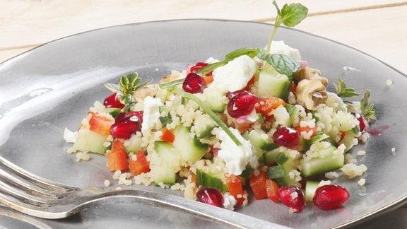 Couscous-Salat mit Schafskäse, Minzdressing und Granatapfelkerne