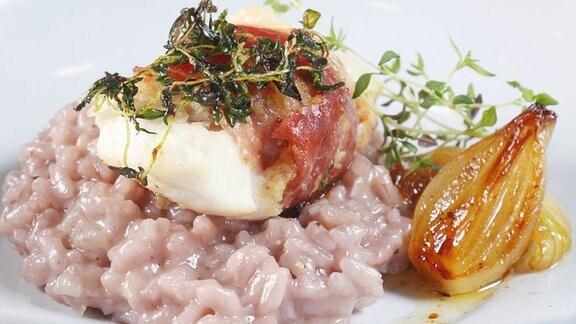 Zander mit Parmaschinken und Rotwein-Risotto mit Honigzwiebeln