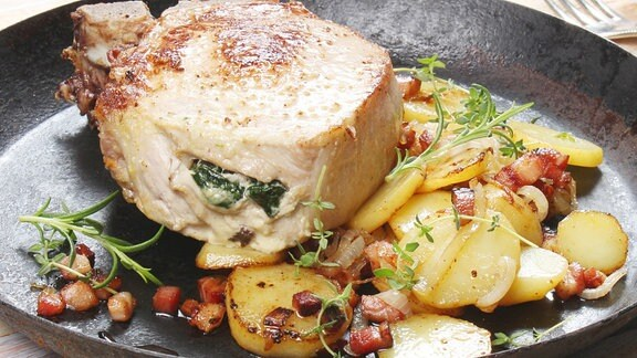 gefuelltes schweinekotelett mit bratkartoffeln