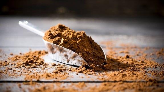 Kaffeepulver in kleiner Metallschaufel