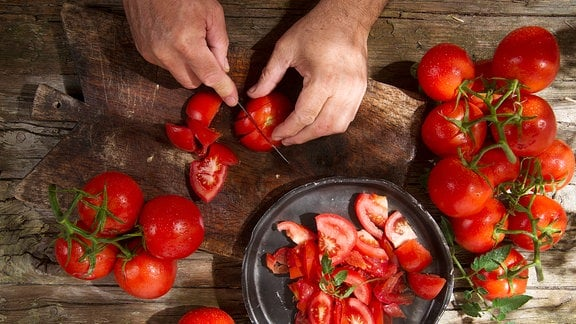 Tomaten werden geschnitten