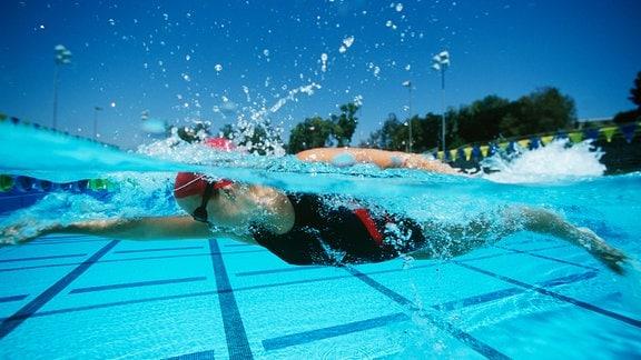 Schwimmerin in Schwimmbecken