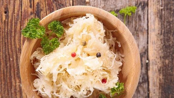 Ein Topf mit Sauerkraut