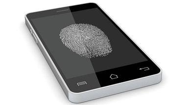 Smartphone mit Fingerabdruck auf dem Display
