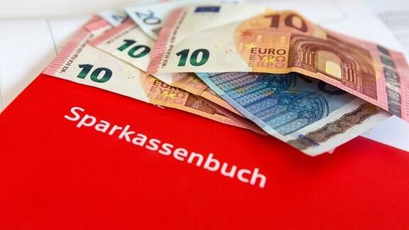 Sparkassenbuch und Euro Banknoten