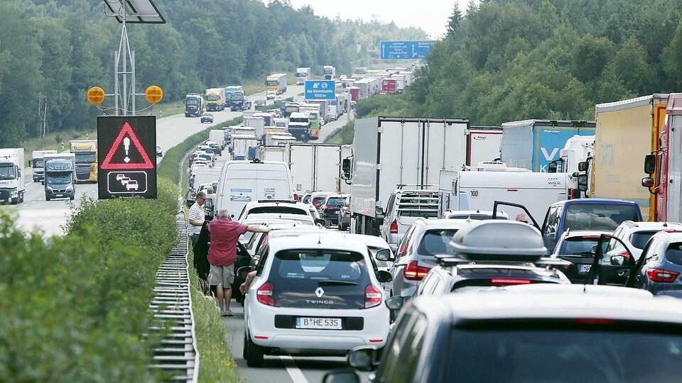 Tank leer: 43-Jähriger soll Kosten für Polizeieinsatz auf Autobahn übernehmen | MDR.DE
