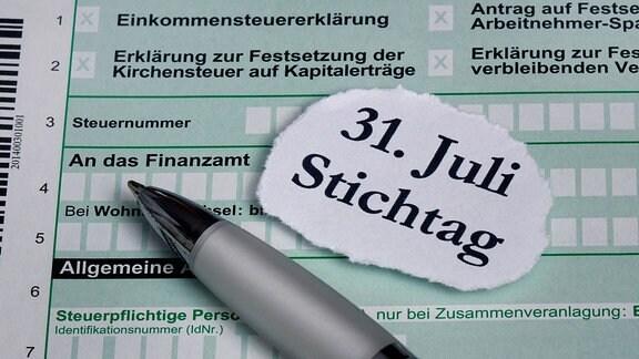 Auf einer Einkommensteuererklärung liegt der Stichtag des Finanzamtes.