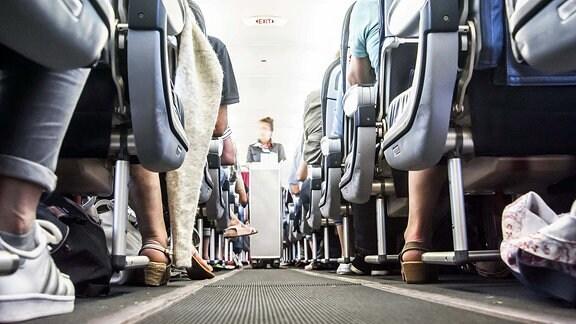 Beine von Flugzeugpassagieren