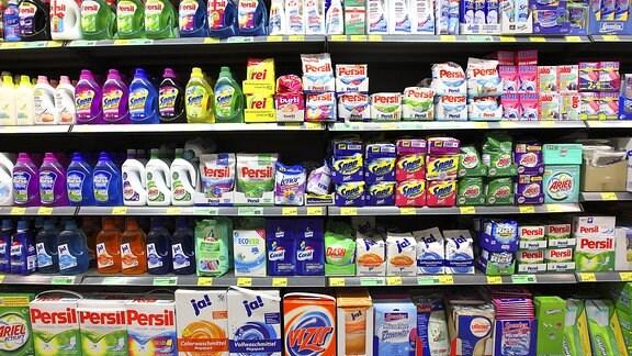 Waschmittelregal im Supermarkt