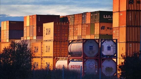 Container auf einem Containerbahnhof