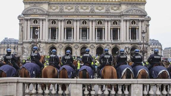 Reiterstaffel der Polizei bei Gelbwesten-Demonstration vor Oper Paris
