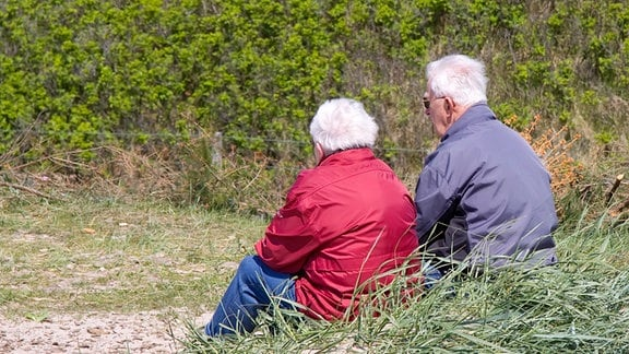 Rentnerpaar sitzt im grünen