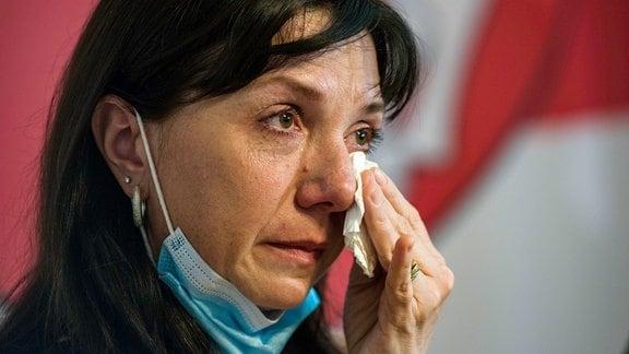 Natalia Protassewitsch, Mutter des inhaftierten Regierungskritikers Roman Protassewitsch, weint bei einer Pressekonferenz in Warschau.