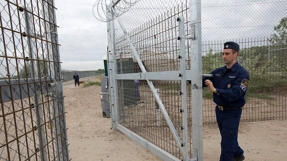 Roszke Asyllager Ungarn, Ein Mann öffnet ein Tor