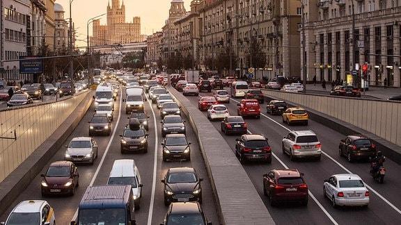 Dichter Verkehr in Zentrum Moskaus.