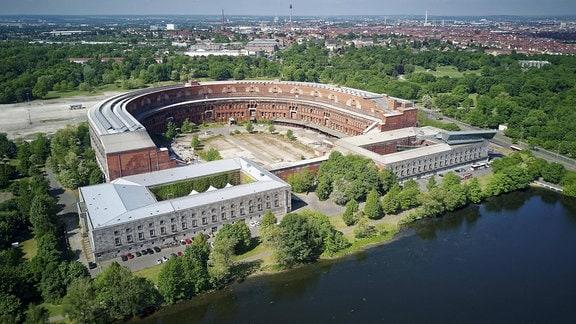 Ehemaliges Reichsparteitagsgelände am großen Dutzendteich (Nürnberg), links Serenadenhof, rechts Dokumentationszentrum, dahinter unvollendete Kongresshalle der NSDAP