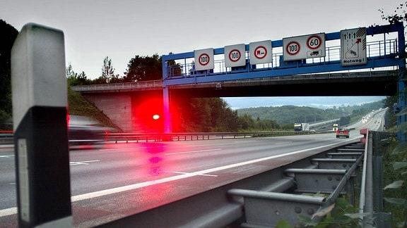 Geblitztes Auto an der stationären Geschwindigkeitsmessanlage