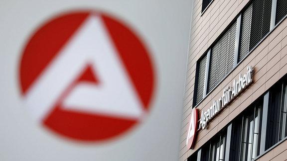 Arge-Logo an der Agentur für Arbeit