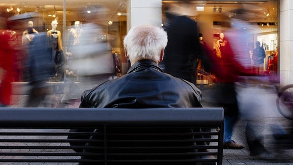 Ein Rentner auf einer Bank.