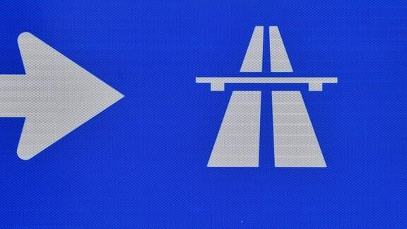 Ein Schild weist den Weg zur Autobahn 72.