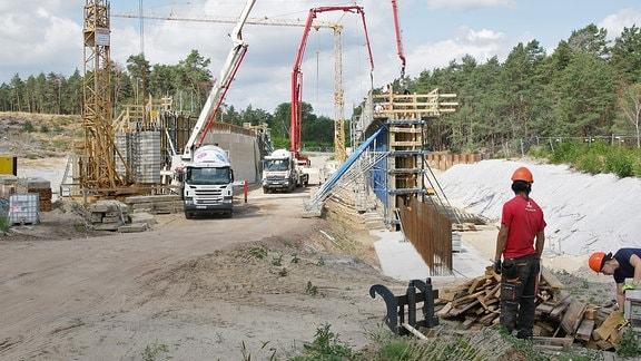 Betonbauarbeiten an einer Brücke bei Lüderitz