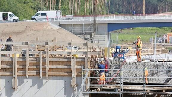 Brückenbauarbeiten in der Nähe von Dolle