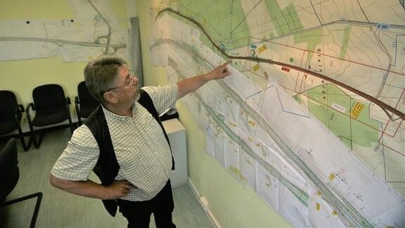 Ingenieur Klaus Fiedler von der Bauaufsicht in seinem Büro in Dolle