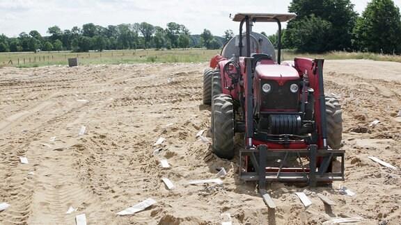 Zum Austrocknen des Bodens werden Schläuche rund 18 Meter in den Boden gebohrt. Die Enden gucken raus.