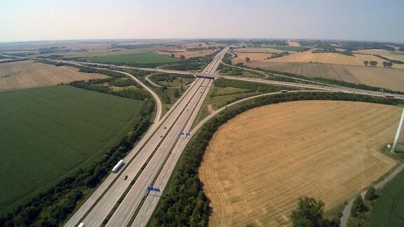 Das Autobahnkreuz Magdeburg von oben.