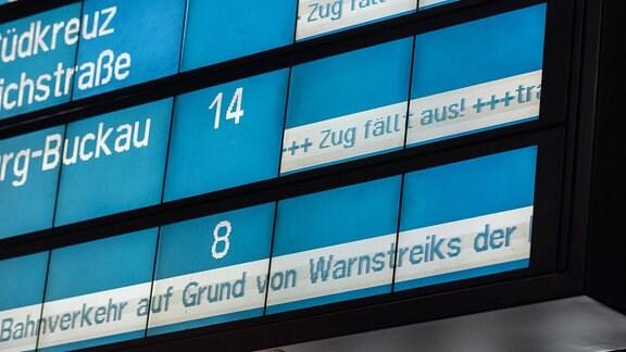 Anzeigetafel mit Zugverspätungen während eines Warnstreiks im Hauptbahnhof in Berlin.