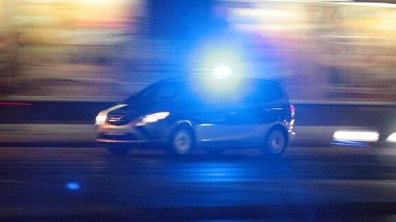 Ein Einsatzwagen der Polizei mit eingeschaltetem Blaulicht