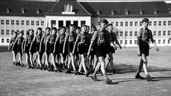 Exerzierübung auf dem Appellplatz der Napola Ballenstedt, 1942