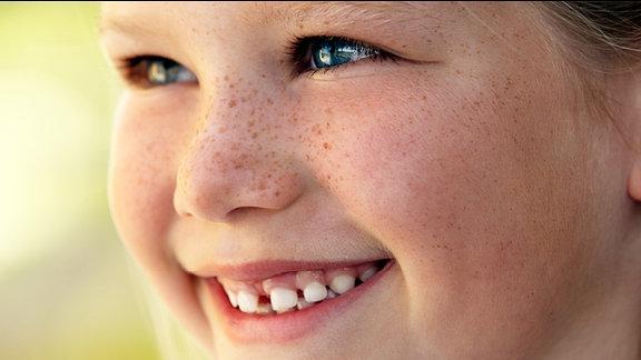 Ein kleines Mädchen mit Sommersprossen