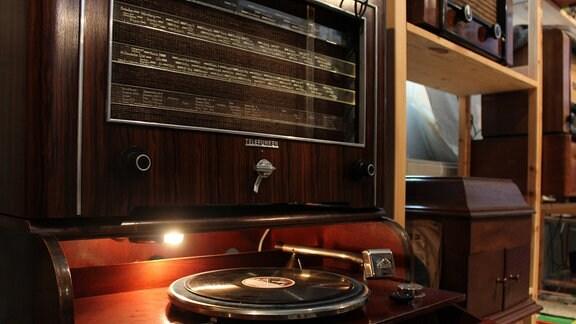 Ein Plattenspieler der Marke Telefunken auf einem Plattenschrank