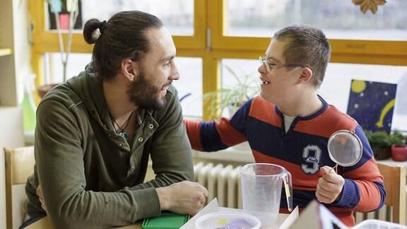 Der Bundesfreiwilligendienstleistende Dorian Schnabel betreut in der Marianne-Cohn-Schule, einem sonderpaedagogischen Foerderzentrum, ein Kind.