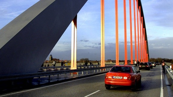 Die ersten Autos passieren die neue Elbe-Bruecke bei Wittenberg, Sachsen-Anhalt, am Montag, 11. Dez. 2000.