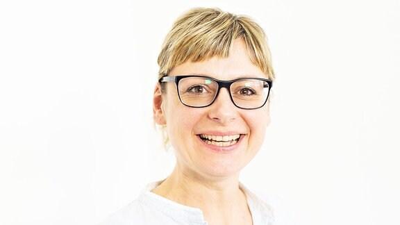 Eine blonde Frau mit Brille