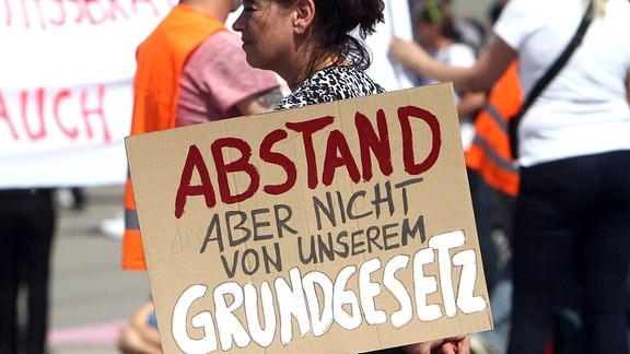 Unter dem Motto Querdenken fand auf den Wasen in Bad Cannstatt eine Demonstration und Kundgebung mit 5.000 Teilnehmern, darunter viele Coronaleugner und andere Anhänger diffuser Verschwörungstheorien, gegen Freiheitsbeschränkungen zur Eindämmung der Coronakrise statt