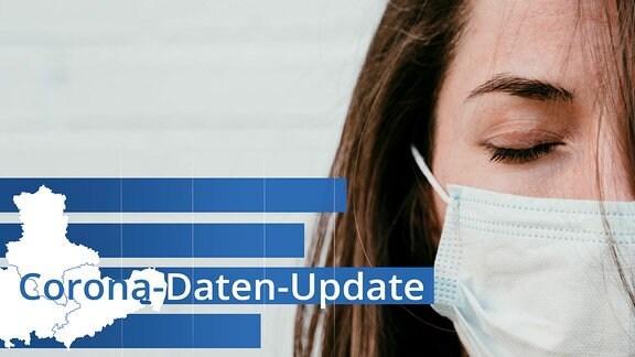 Eine Frau mit braunen, schulterlangen Haaren hält ihre Augen geschlossen und trägt angesichts der aktuellen Coronavirus-Pandemie einen Mund-Nasen-Schutz, um andere Personen vor einer Infektion zu schützen.