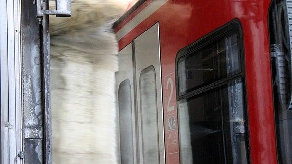 Reinigungsbürsten waschen eine S-Bahn