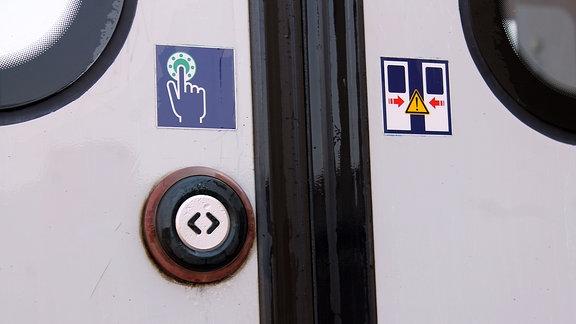 nasse Tür einer S-Bahn